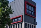 Architekturfotografie: rot-graue Aussenfassade Geschäftshaus, Berlin