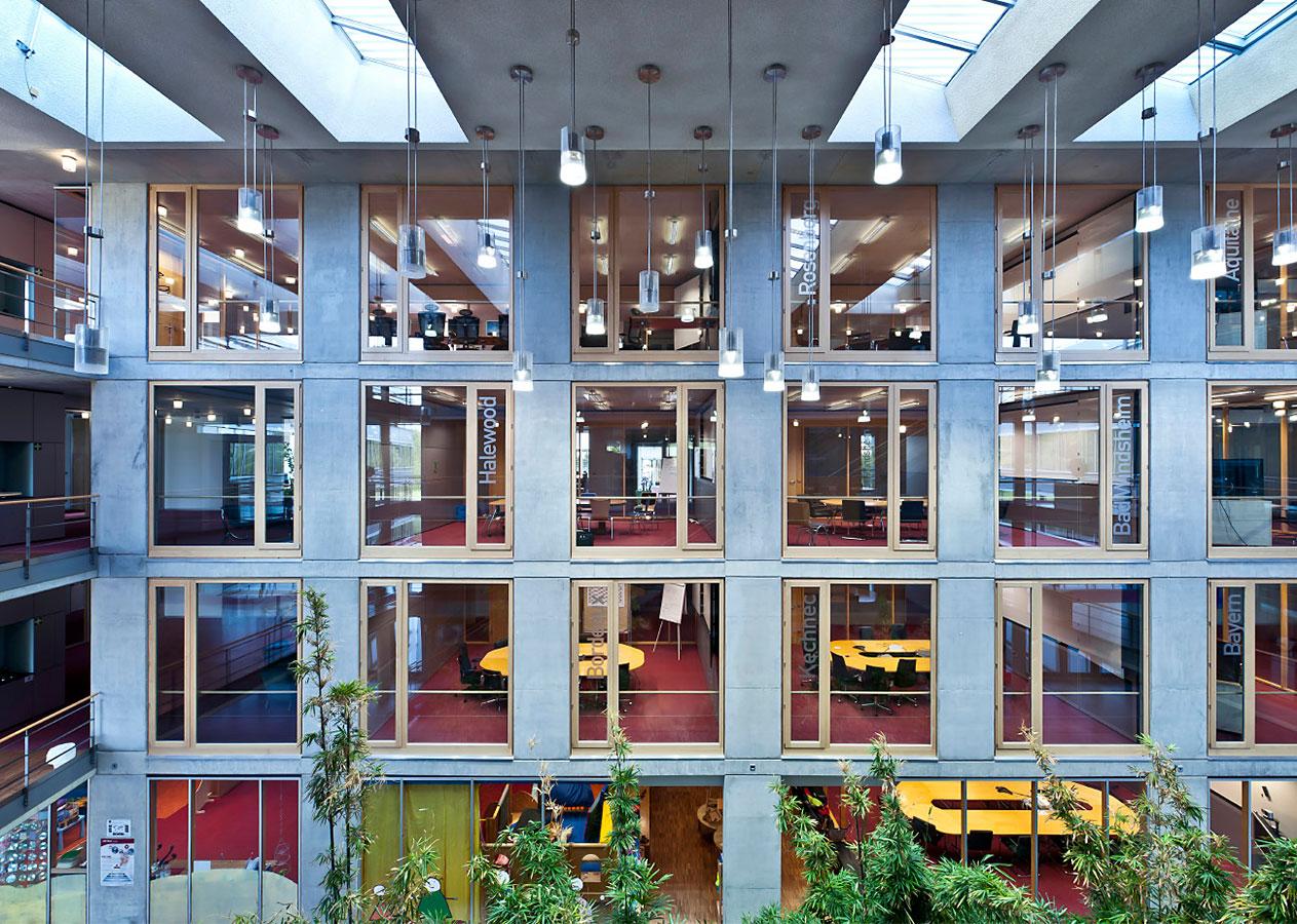 Innenhof und Firmengebäude Magna Powertrain