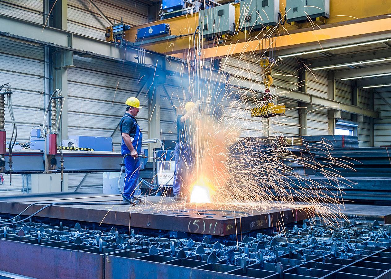 Industriefotografie: Stahlbearbeitung mit Brennschneidmaschinen bei Wolf und Hekel