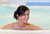 Frau badet im Whirlpool