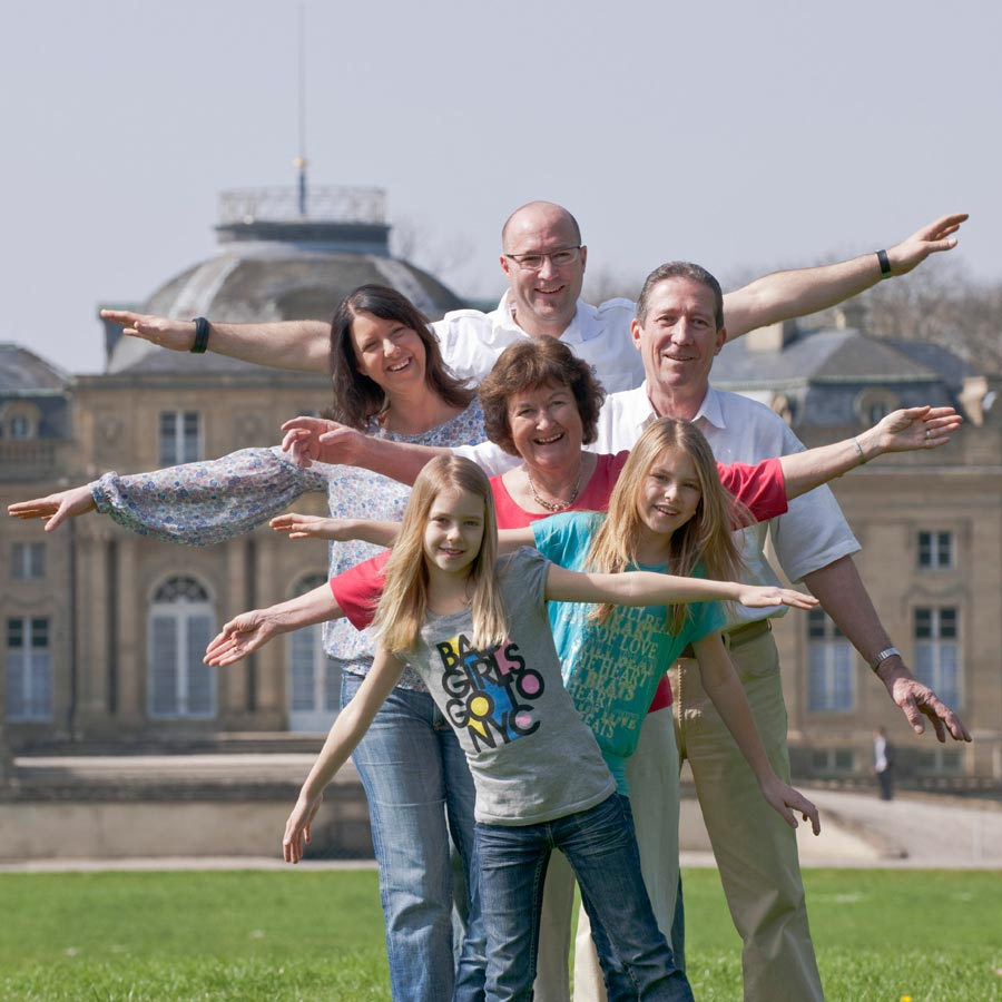 Großeltern, Eltern und Kinder: ein Familienporträt vor dem Schloss Ludwigsburg