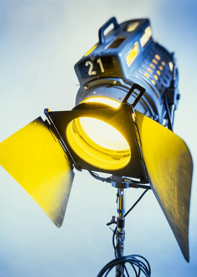 videolampe gelb und blau beleuchtet